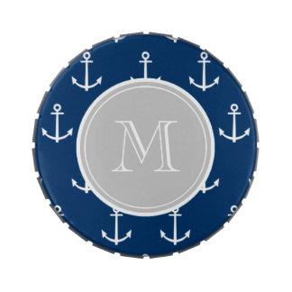 Modelo blanco de las anclas de los azules marinos, latas de caramelos