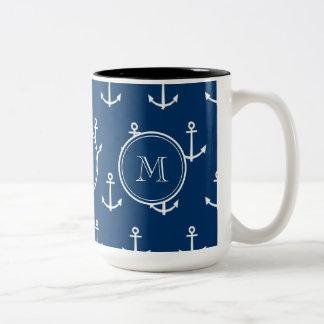 Modelo blanco de las anclas de los azules marinos, taza de dos tonos