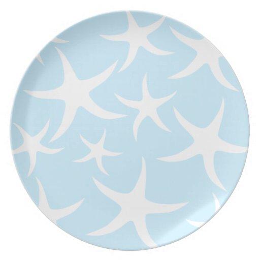 Modelo blanco de las estrellas de mar en azul clar plato