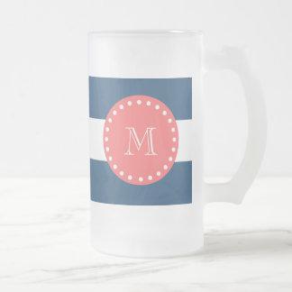 Modelo blanco de las rayas de los azules marinos,  taza de café