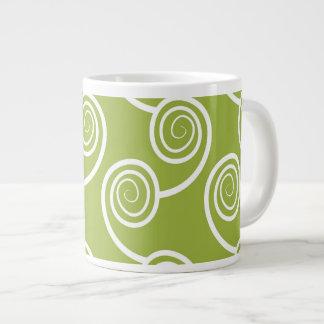 Modelo blanco de moda del remolino en verde taza grande