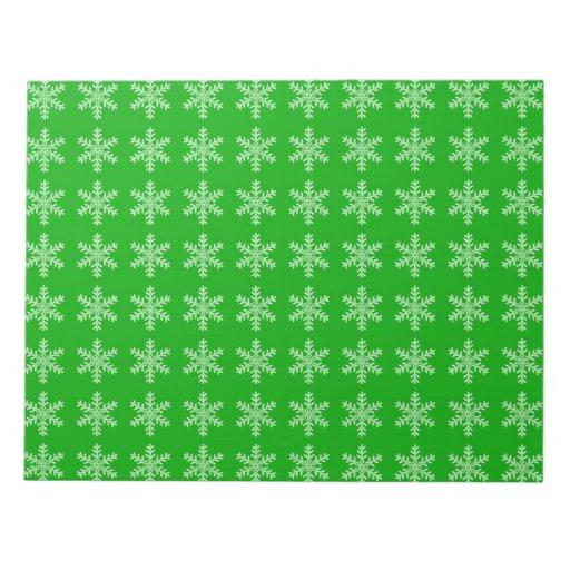 Modelo blanco del copo de nieve con el fondo verde bloc de papel