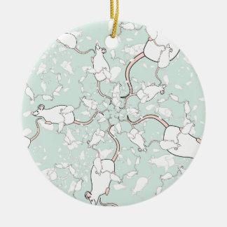 Modelo blanco lindo del ratón. Ratones, en verde Adorno