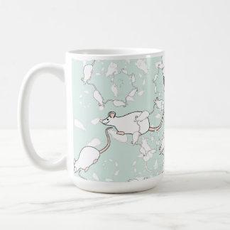 Modelo blanco lindo del ratón. Ratones, en verde Taza