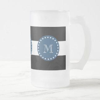 Modelo blanco negro de las rayas, monograma de los taza de café