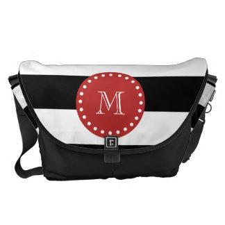 Modelo blanco negro de las rayas, monograma rojo bolsa de mensajería