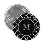 Modelo blanco negro de Quatrefoil, su monograma Pins