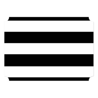 Modelo blanco negro moderno de las rayas invitación 12,7 x 17,8 cm