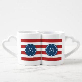 Modelo blanco rojo de las rayas, monograma de los set de tazas de café