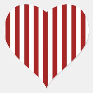 Modelo blanco rojo de las rayas pegatina en forma de corazón