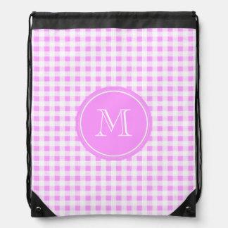 Modelo blanco rosado de la guinga, su monograma mochilas