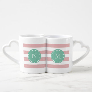 Modelo blanco rosado de las rayas, monograma de la set de tazas de café