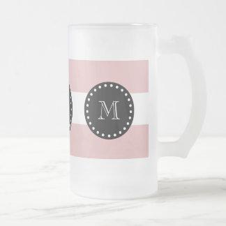 Modelo blanco rosado de las rayas, monograma negro taza cristal mate