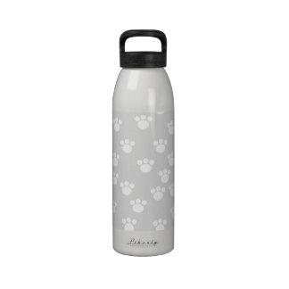 Modelo blanco y gris claro de la impresión de la p botella de agua reutilizable