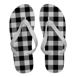 Modelo blanco y negro de la guinga sandalias
