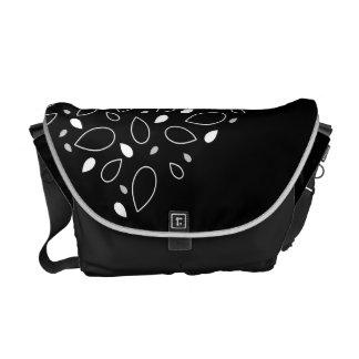 Modelo blanco y negro de la hoja bolsa de mensajería
