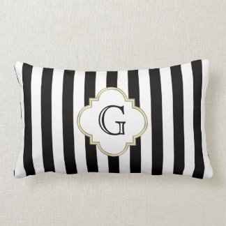 Modelo blanco y negro de la raya con el monograma almohada