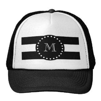 Modelo blanco y negro de las rayas, monograma gorro de camionero