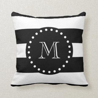Modelo blanco y negro de las rayas, monograma negr cojin