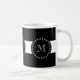 Modelo blanco y negro de las rayas, monograma taza básica blanca