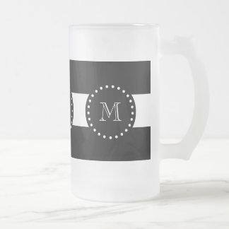 Modelo blanco y negro de las rayas, monograma taza cristal mate