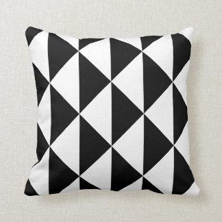 Modelo blanco y negro del triángulo cojín decorativo