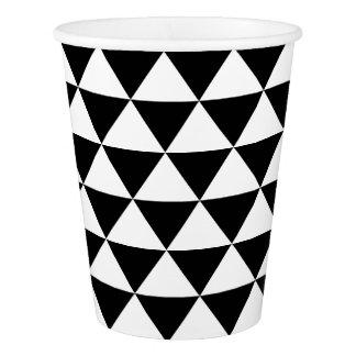 Modelo blanco y negro del triángulo vaso de papel