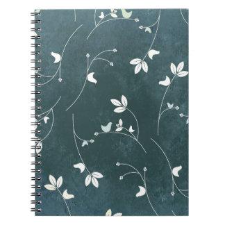 Modelo caprichoso del vintage con los pájaros y spiral notebook