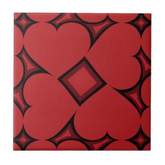 Modelo carmesí tejado de los corazones en negro azulejo cuadrado pequeño