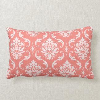 Modelo clásico blanco rosado coralino del damasco cojín