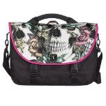 Modelo color de rosa acodado del cráneo en azul y  bolsas de portátil