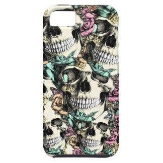 Modelo color de rosa acodado del cráneo en azul y iPhone 5 funda