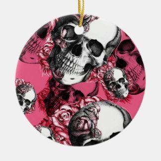Modelo color de rosa rosado del cráneo adorno navideño redondo de cerámica