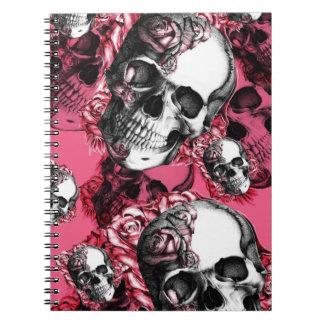 Modelo color de rosa rosado y negro del cráneo libreta