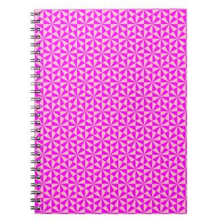Modelo color de rosa y rosado de los triángulos libreta