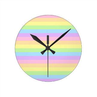 Modelo coloreado arco iris en colores pastel de la reloj redondo mediano