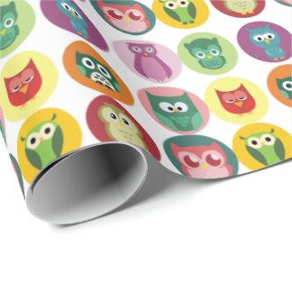 Modelo colorido caprichoso de los búhos papel de regalo