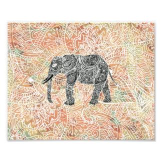 Modelo colorido de la alheña del elefante tribal cojinete