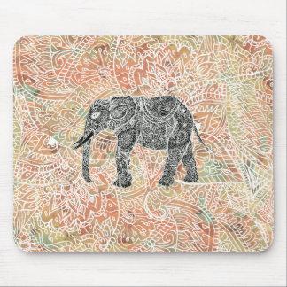 Modelo colorido de la alheña del elefante tribal d alfombrillas de ratón