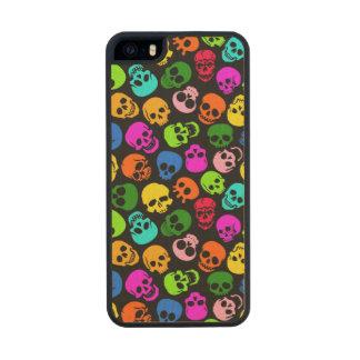 Modelo colorido de los cráneos en negro funda de arce carved® para iPhone 5 slim