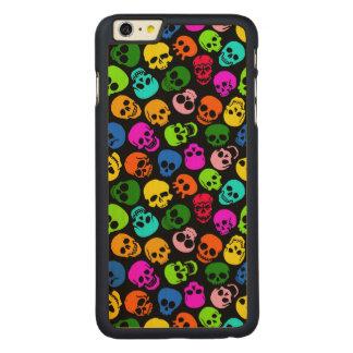 Modelo colorido de los cráneos en negro funda de arce carved® para iPhone 6 plus slim