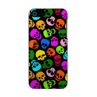 Modelo colorido de los cráneos en negro funda para iPhone 5 incipio feather shine