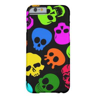 Modelo colorido de los cráneos en negro funda para iPhone 6 barely there