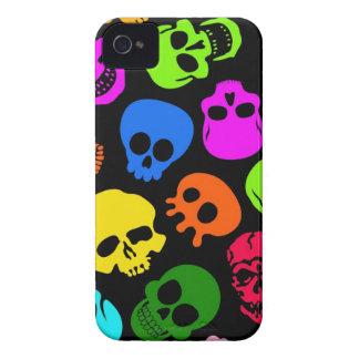 Modelo colorido de los cráneos en negro iPhone 4 Case-Mate cárcasa