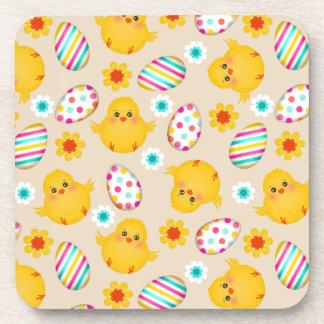 Modelo colorido de los huevos y de los polluelos posavasos