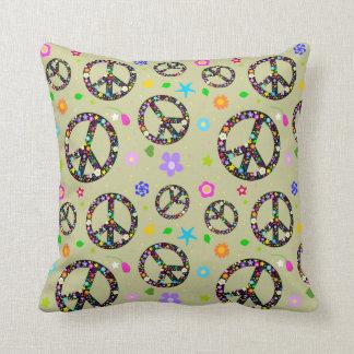 Modelo colorido de los signos de la paz en el amor almohada