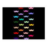 Modelo colorido del bigote del arco iris en negro tarjeta postal