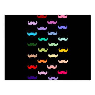 Modelo colorido del bigote del arco iris en negro postal