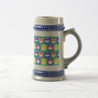 Modelo colorido del búho jarra de cerveza