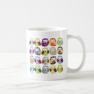 Modelo colorido del búho taza de café